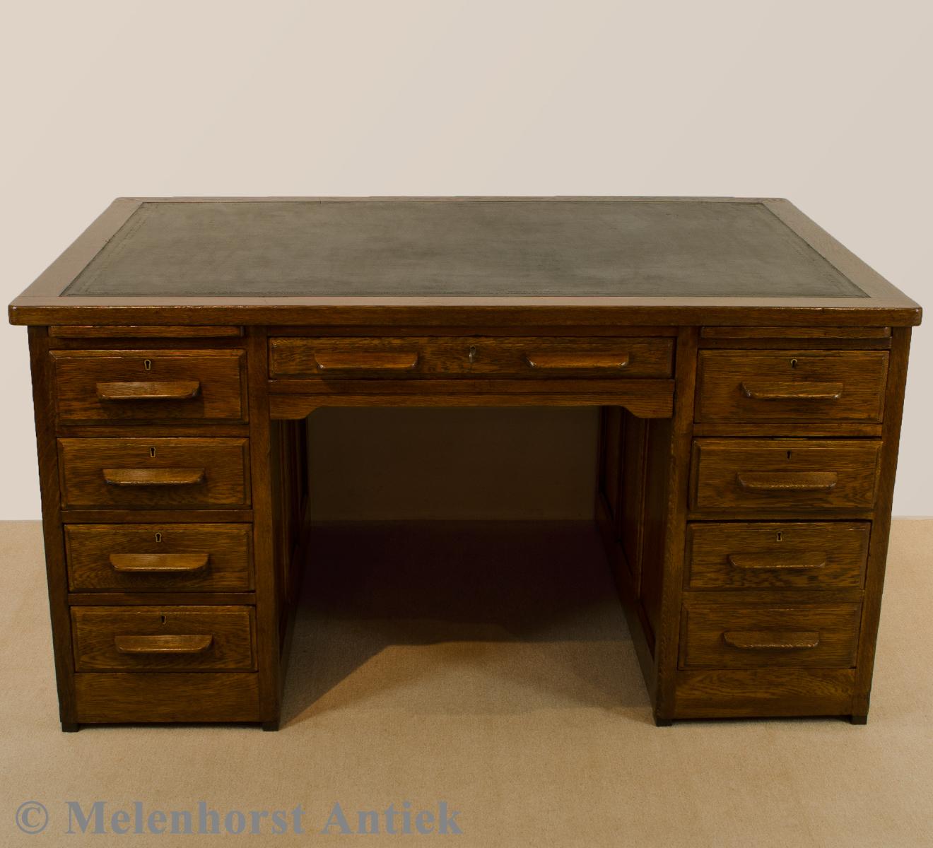 antiker eichenh lzener schreibtisch antike uhren melenhorst. Black Bedroom Furniture Sets. Home Design Ideas