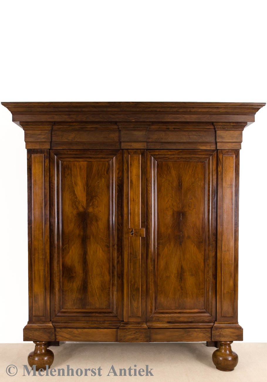 antiker wellenschrank antike uhren melenhorst. Black Bedroom Furniture Sets. Home Design Ideas